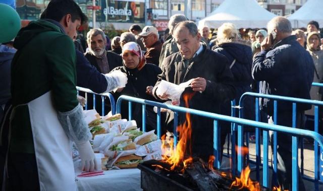 Ümraniye Belediyesi 5. Geleneksel Hamsi  Festivali'nde Hamsi Dağıtıldı