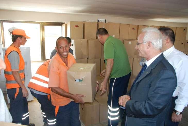 Maltepe Belediye Başkanı  Prof. Dr. Mustafa Zengin, temizlik işçilerine hayırlı ramazanlar dileyerek erzak dağıttı.