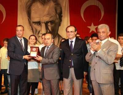Ataşehir Belediyesi başarılı öğrencileri altınla ödüllendirdi