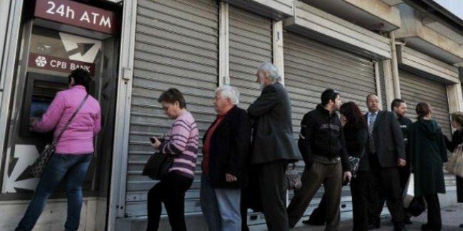 Yunanistan'da Referandum Kararı ATMlerde Kuyruk Oluşturdu