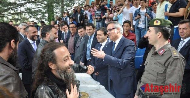 Diriliş Ertuğrul oyuncuları 'Turgut Alp'in kabrini ziyaret etti
