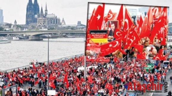 Köln'de Darbe Karşıtı Gösteriye Binlerce Kişi Katıldı