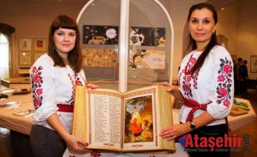 Dünyanın tamamı el işlemesi  kitap'ı Ukrayna'da