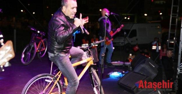 Sahnede bisikletle şarkı söyledi