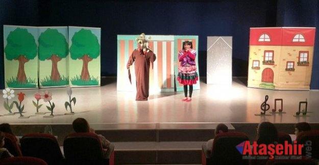 Ümraniye'de Tiyatro Perdeleri Açıldı