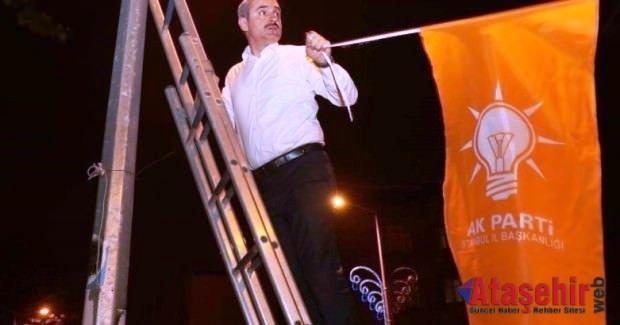 Başkan Şenocak gençlerle bayrak astı