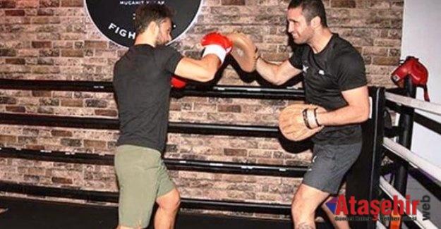 Şarkıcı Özgün dünya şampiyonu boksör Mücahit Kulak'la ringe çıktı!