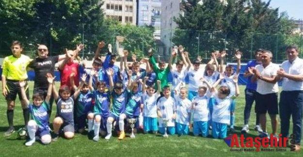 U-11 şampiyonları kupalarını aldı