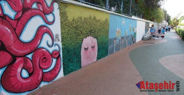 Ataşehir'de Kadın muhtar 50 ressamla caddenin duvarlarını tuvale çevirdi