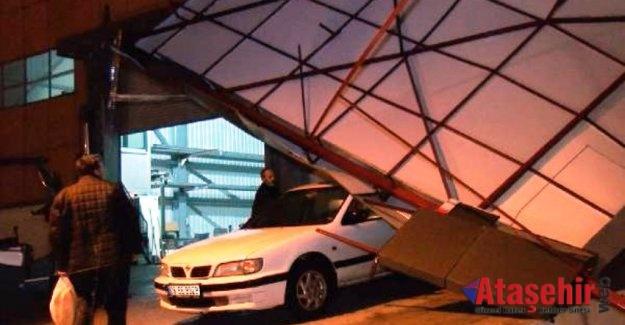 Ataşehir'de şiddetli rüzgar atölyenin çatısını uçurdu