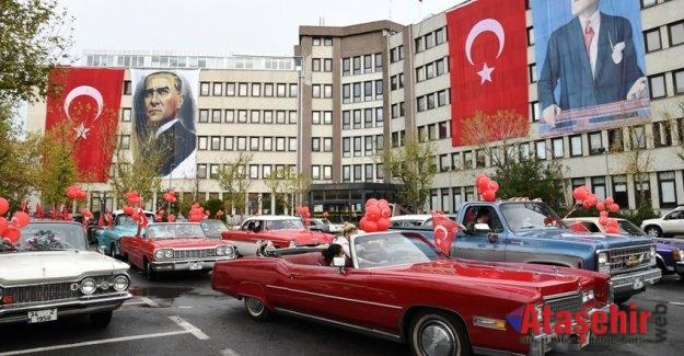 CUMHURİYET BAYRAMI KADIKÖY'DE KLASİK OTOMOBİL KONVOYU'YLA KUTLANDI