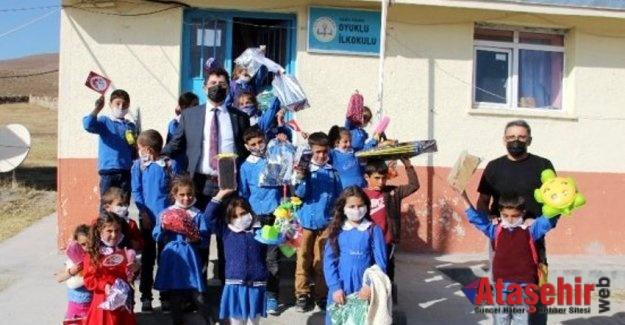 Köy köy dolaşıp tablet, oyuncak ve kıyafet dağıttılar