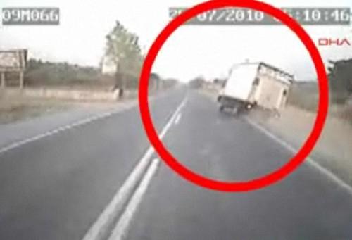 Kaza yapan kamyonet böyle görüntülendi