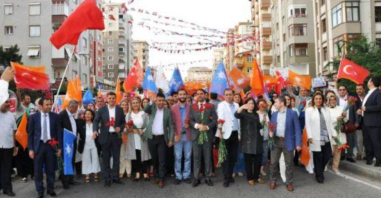 AK Parti Adayları  Ataşehir'de Sevgi Yürüyüşü Yaptı
