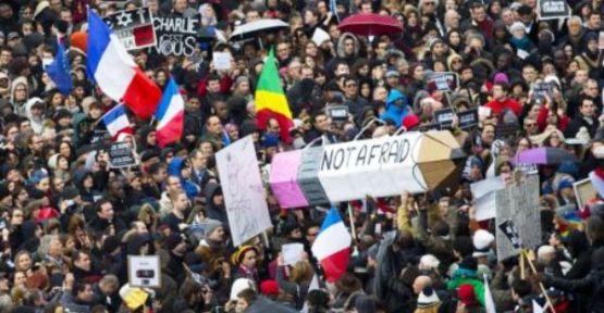 Paris'te 'Teröre Lanet' Yürüyüşü
