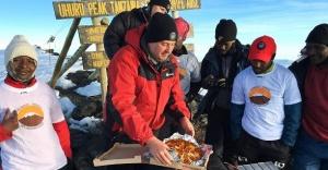 Pizza Hut dağ başına servis yaptı