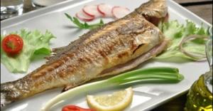 Unutkanlığa karşı meyve salatası ve balık
