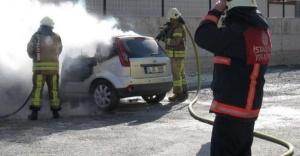 Ataşehir'de park halindeki otomobil yandı