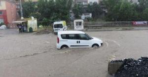 15 dakika yağdı; Ataşehir'de yollar göle döndü