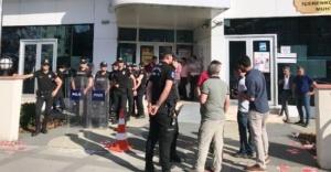 Ataşehir'de AK Partili ve HDP'li gençler arasında broşür kavgası