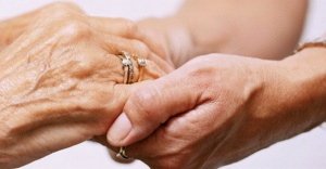 Yaşlılara gereğinden fazla yardım etmek sağlıklarını olumsuz etkiliyor