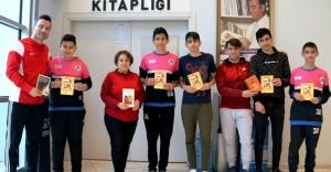Futbol'da oynarız, Kitap'ta Okuruz