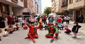 Ataşehir'de sokağa çıkan çocukları Hacivat ve Karagöz karşıladı.