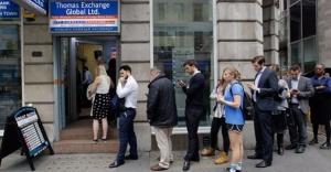 İngilizler Bankalara ve döviz bürolarına koştu