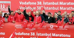 """İSTANBUL MARATONU'NDA ONBİNLER """"15 TEMMUZ ŞEHİTLERİ"""" İÇİN KOŞTU"""