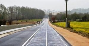 Dünyanın güneş enerjili ilk yolu trafiğe açıldı