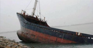 İstanbul Boğazın'da yük gemisi karaya oturdu