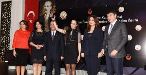 """Antalya Kadın Müzesi, """"Jale İnan Yılın Kadını Ödülü"""" Avukat Sibel Önder'in"""