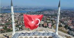 Çamlıca Camisi'ne dev Türk bayrağı