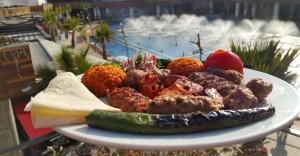 Ataşehir'de Sarımsak ve Sebzeli Bahar Kebabının sezonunu açıyor.