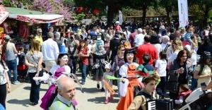 KADIKÖY'DE 23 NİSAN REKORU: ÖZGÜRLÜK PARKI'NDA 20 BİN KİŞİ BULUŞTU