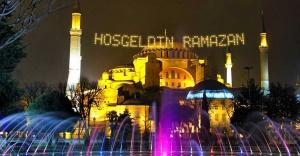 İstanbul camilerinin gerdanlıkları asıldı