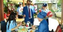 """Ataşehir Belediye Zabıtasından  """"Karanfilli Kutlama"""""""