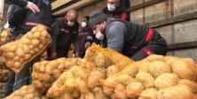 Patates ve soğanlar, ihtiyaç sahibi 164 bin aileye ulaştırılacak.
