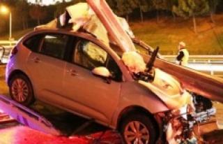 Ataşehir'de otomobil bariyere saplandı: 1 yaralı