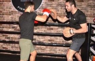 Şarkıcı Özgün dünya şampiyonu boksör Mücahit...