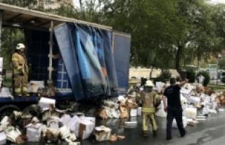 Ataşehir'de plastik yüklü TIR yandı