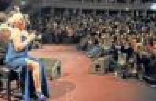 """Londra'da konser veren Minik Serçe; """"İlle de barış..."""