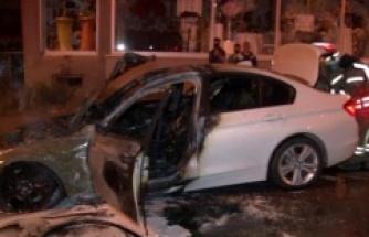 Ataşehir'de seyir halinde olan lüks otomobil yandı