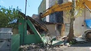 Yenisahra Mahallesinde DKY İnşaat Karot Aldığı Öğütveren Sokakta bulunan binanın yıkımı yapılıyor 1