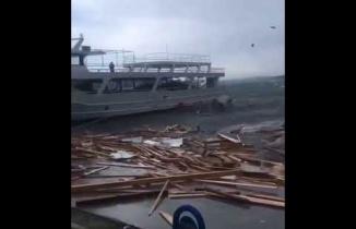 Ayvalık'ta Şiddetli fırtına etkili oldu. Fırtına nedeniyle tekneler battı.