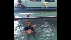 Bebek Yüzme Öğreniyor