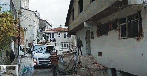 Yenisahra Mahallesinde Yıkım kararı bulunan bina Boşaltılmış Kalan kısımları talan ediliyor
