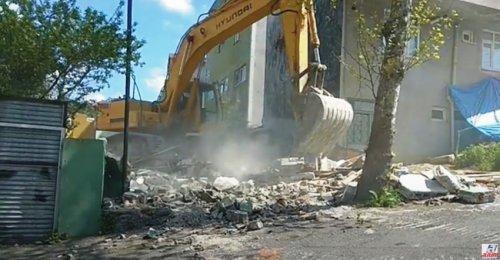 Yenisahra Mahallesinde DKY İnşaat Karot Aldığı Öğütveren Sokakta bulunan binanın yıkımı yapılıyor