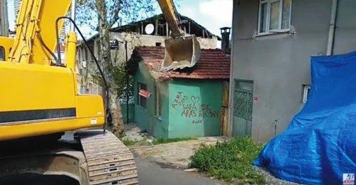Yenisahra Mahallesinde DKY İnşaat Karot Aldığı Öğütveren Sokakta bulunan binanın yıkımı yapılıyor 3