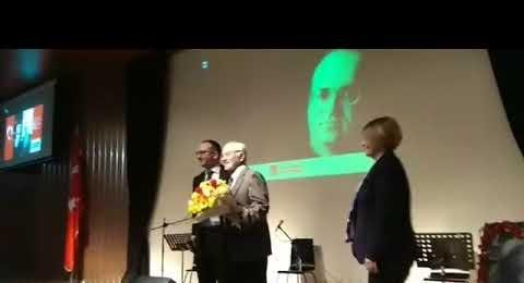 Uğur Mumcu - Ataşehir'de Anıldı - Konuşmacı Prof Dr Haluk Şahin'e Çiçek Taktimi